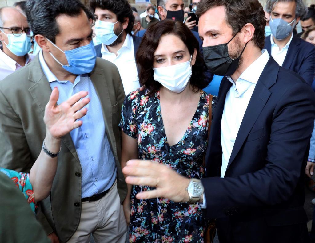 Pablo Casado, junto a Isabel Díaz Ayuso y Juanma Moreno, en Salamanca.