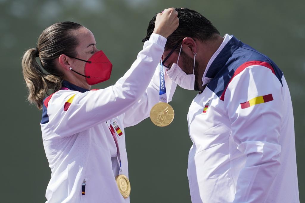 Fátima Gálvez cuelga la medalla a Alberto Fernández.