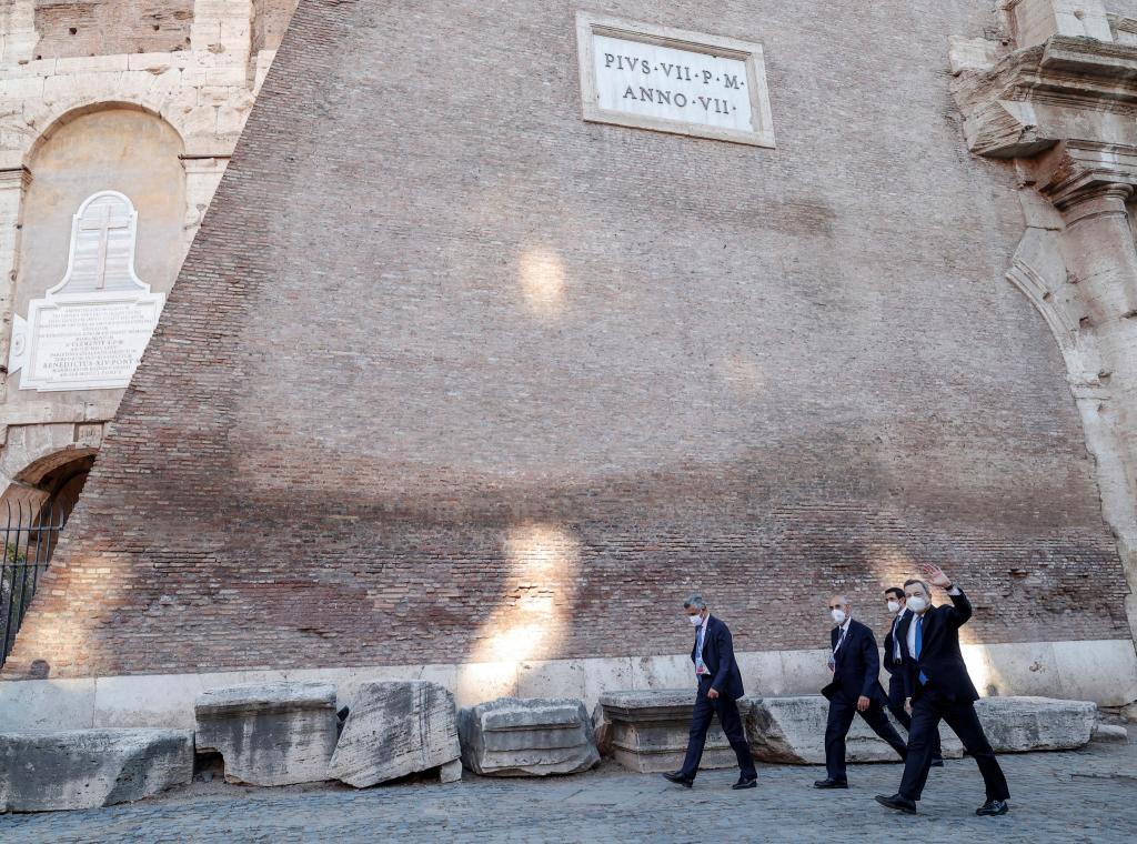 El primer ministro de Italia, Mario Draghi, ante el Coliseo de Roma.