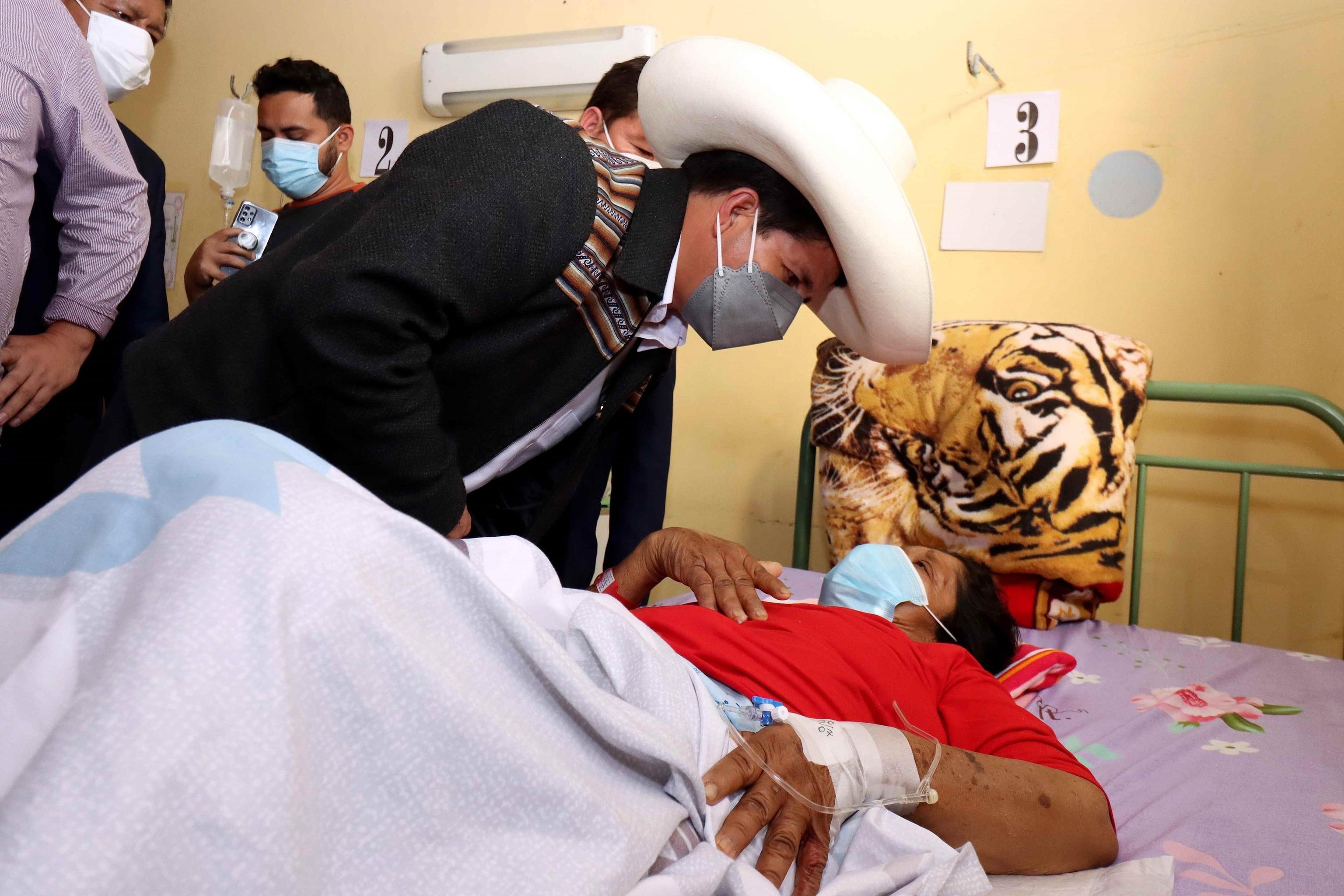 Pedro Castillo visita a los heridos por el terremoto de este sábado.