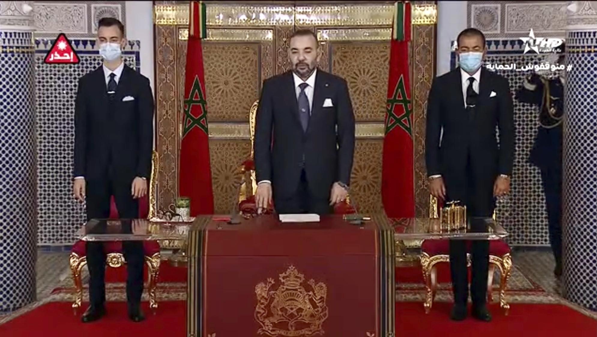 El rey, Mohamed VI, al inicio de su discurso, acompañado de Mulay Hasan y Mulay Rachid.