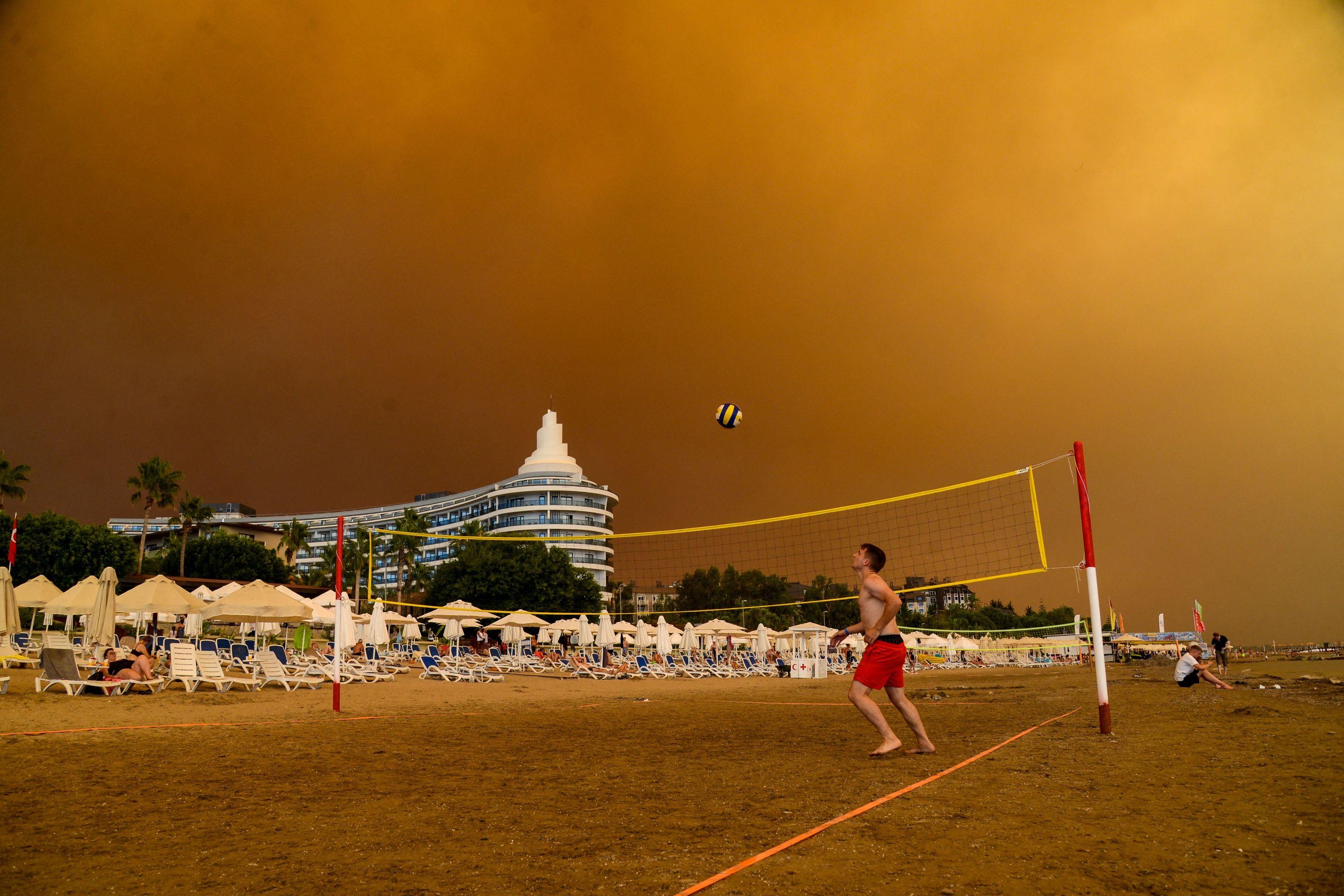 El humo de un incendio oscurece una playa de Turquía.