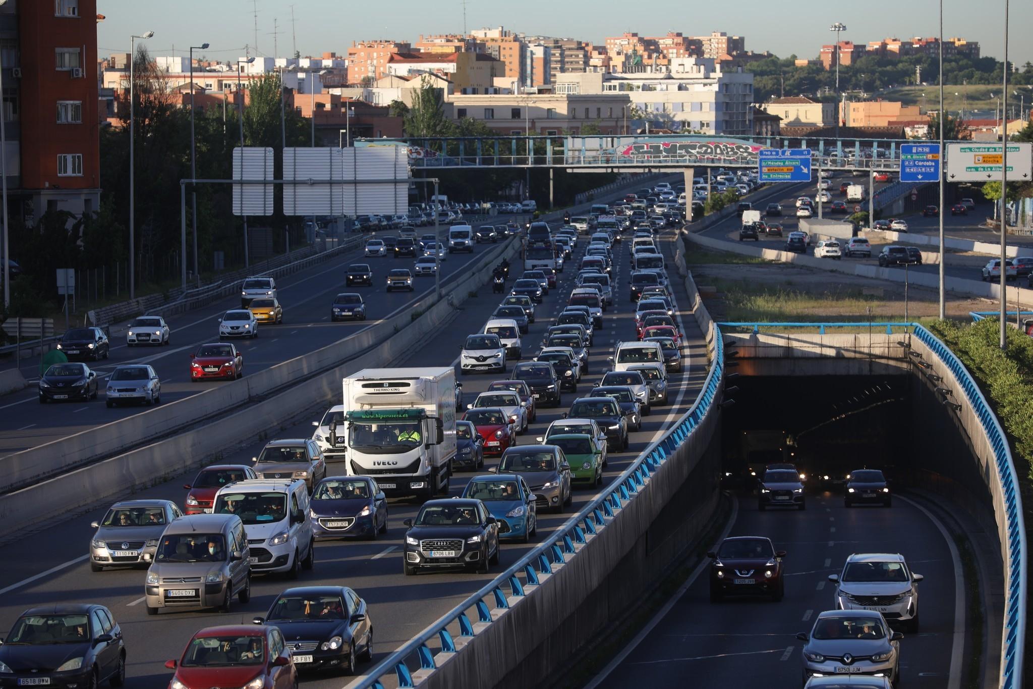 Atasco en una vía de circunvalación de Madrid, M-30, coches, emisiones, CO2