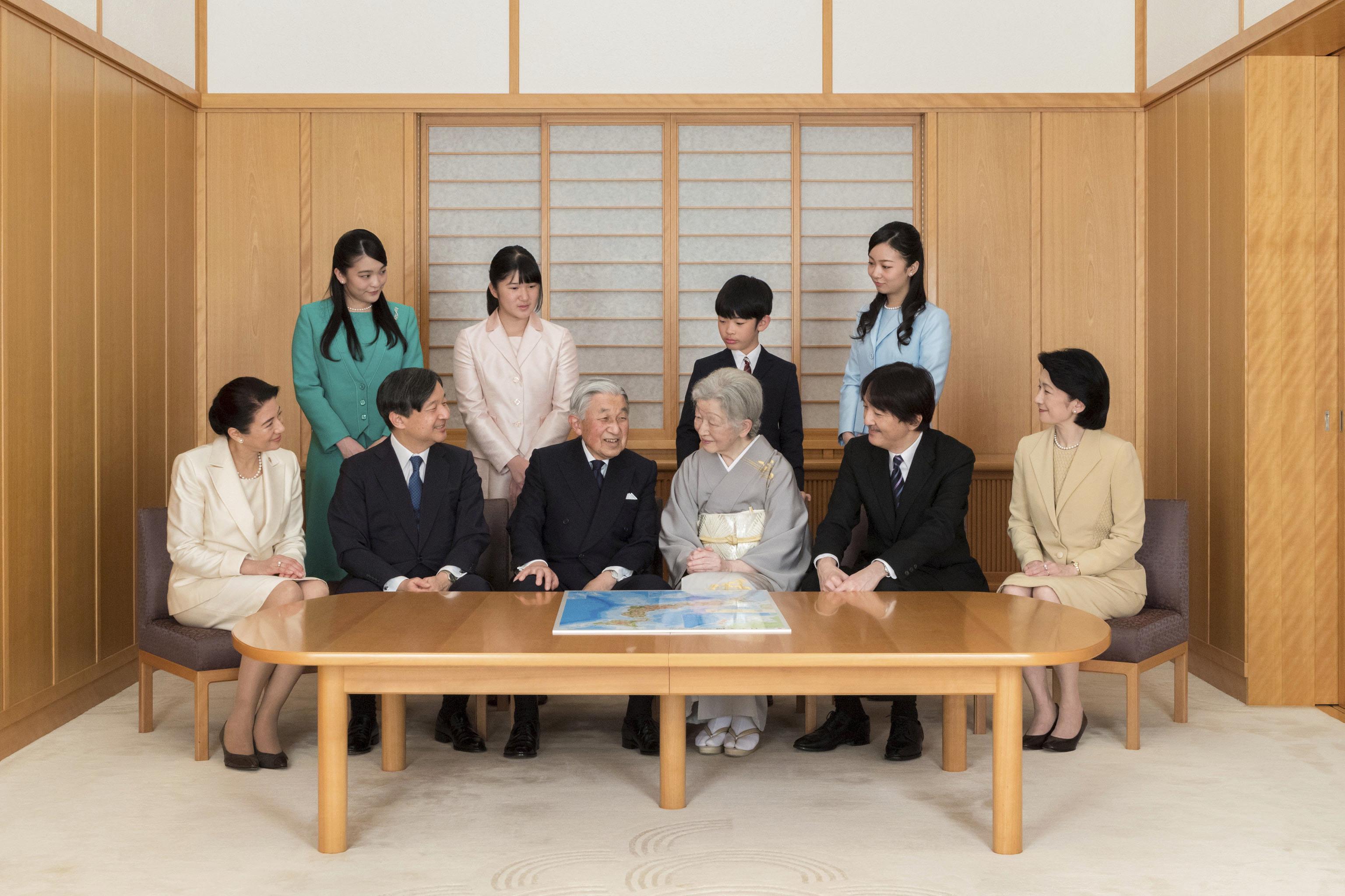 El ex emperador Akihito con toda su familia.