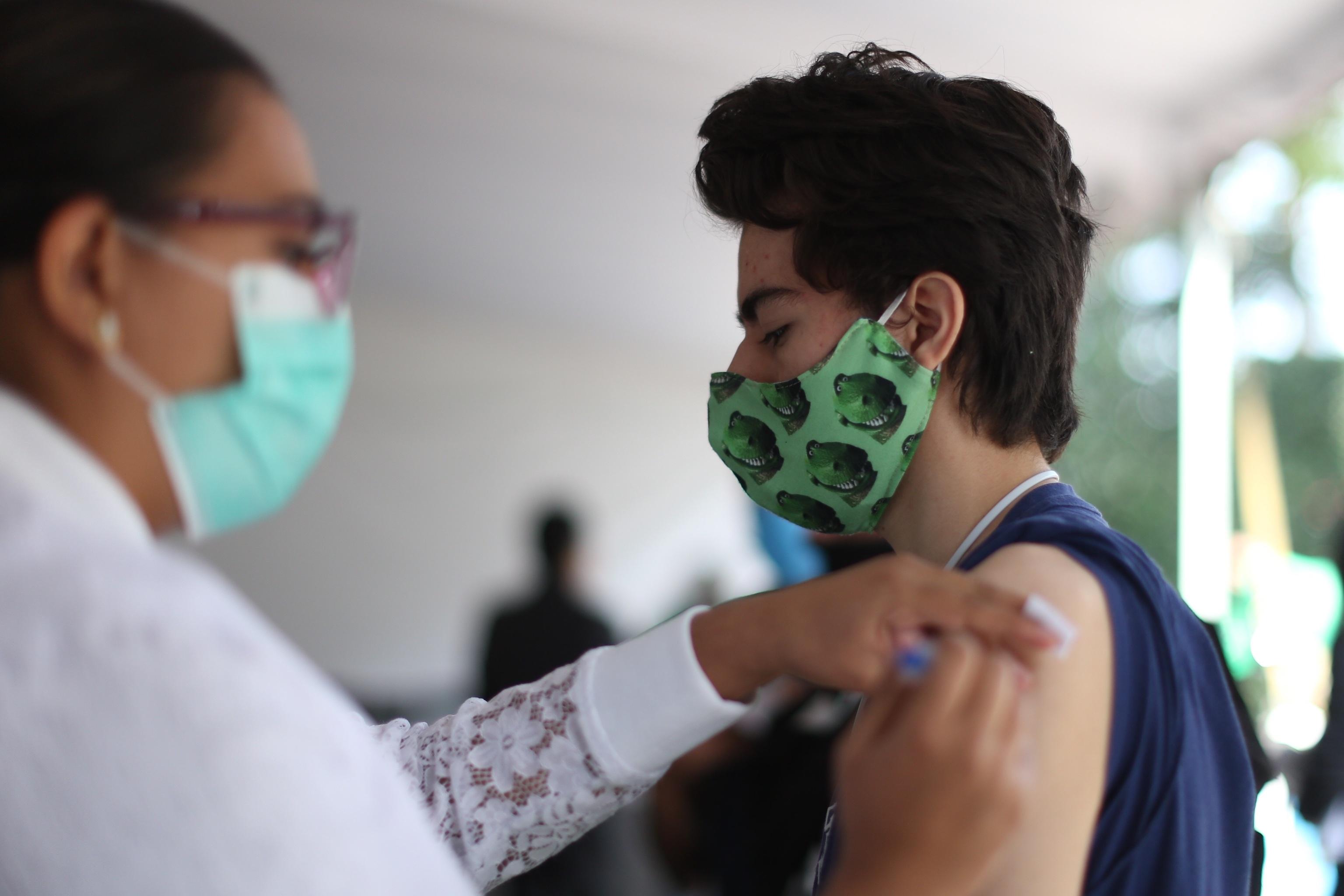 Una enfermera inocula la vacuna contra el Covid a un joven en México.