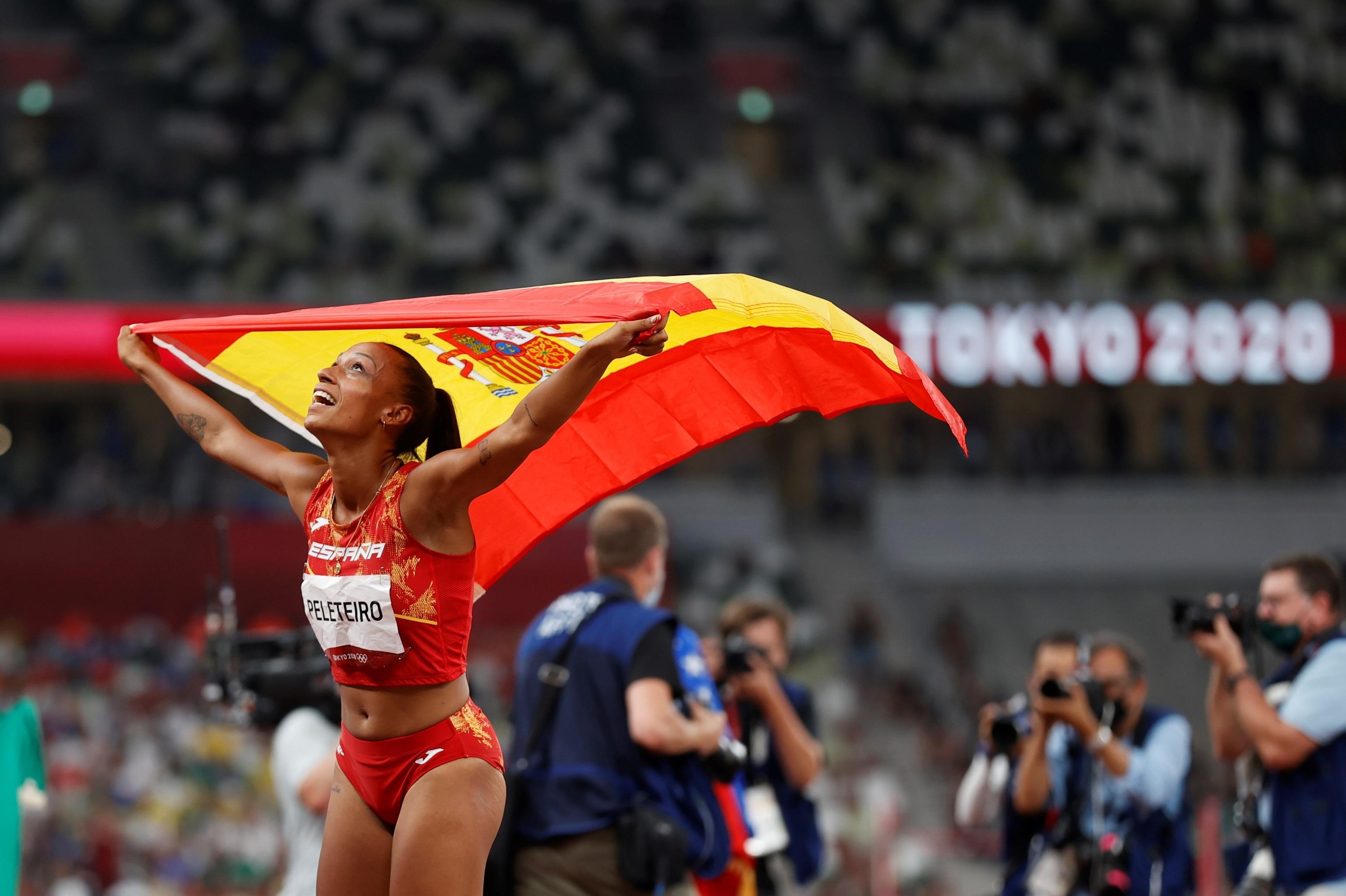 Ana Peleteiro celebra el bronce en triple salto.