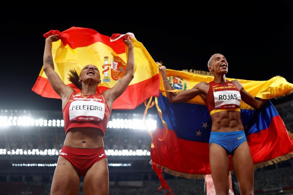 Ana Peleteiro celebra con su compañera Rojas.
