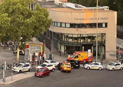 Bomberos y Policía junto a la boca de Metro de Puerta de Toledo.