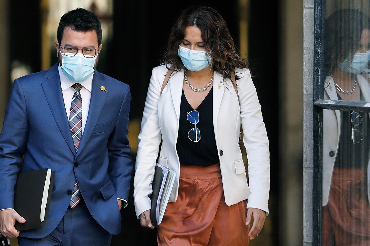 El presidente de la Generalitat, Pere Aragonès. y la consejera de la Presidencia, Laura Vilagrá, se dirigen hacia la reunión semanal del Govern.