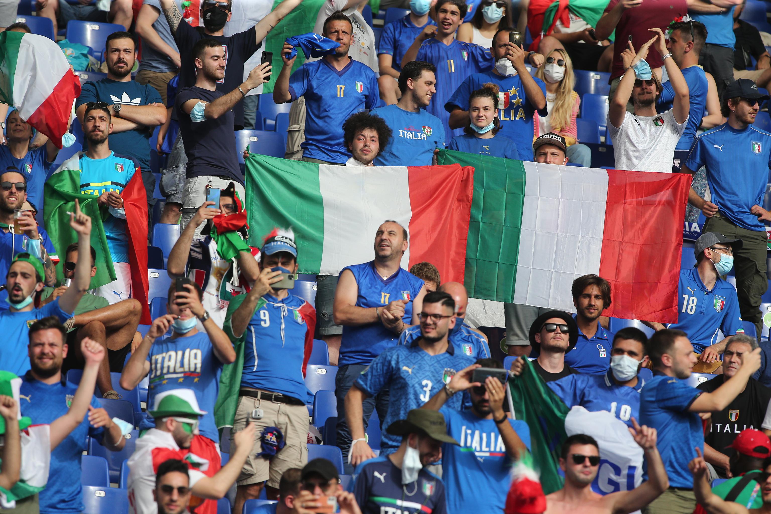 Seguidores italianos celebran la Eurocopa.