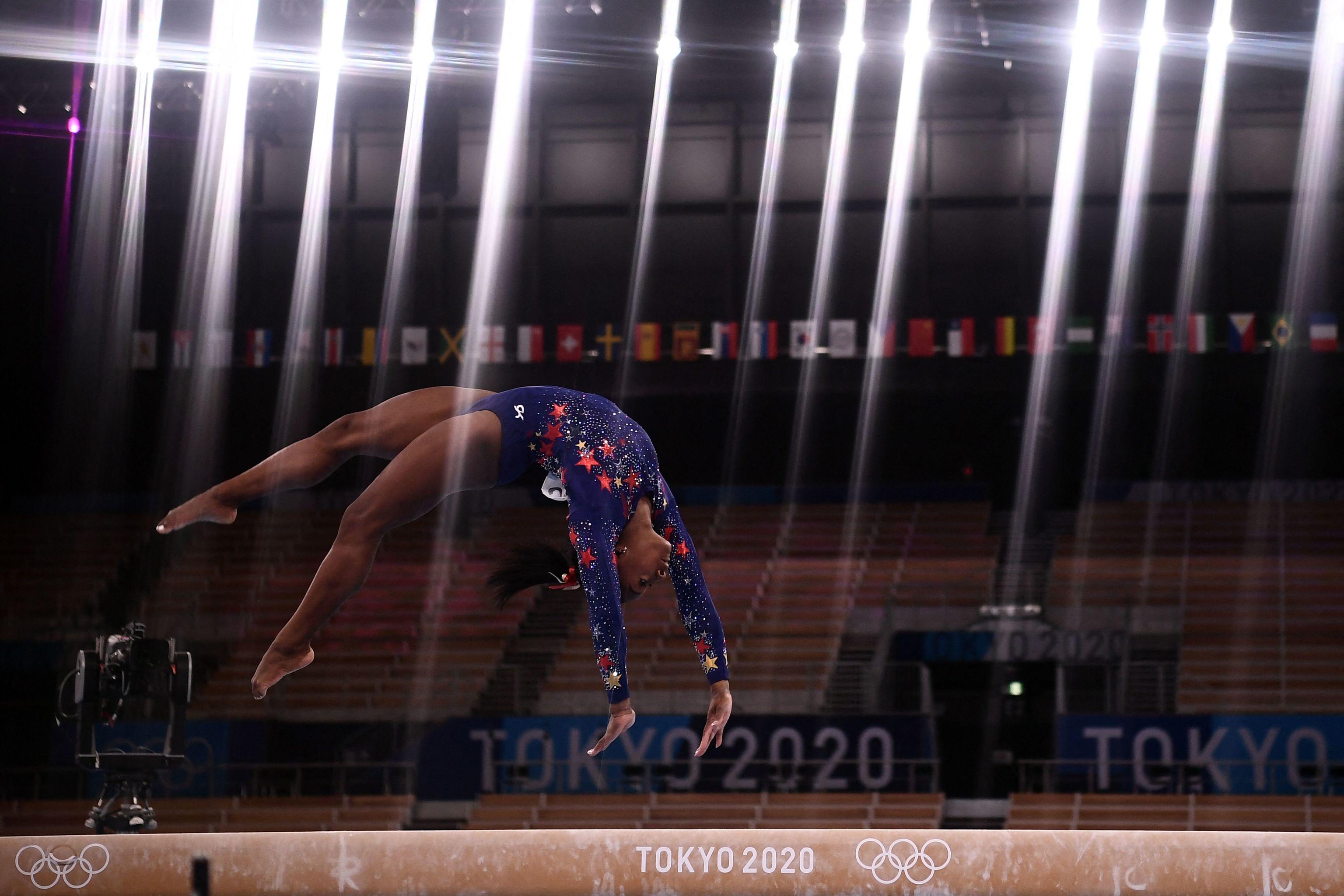 Biles, el 25 de julio, en la barra de equilibrios del Ariake Gymnastics Cente.