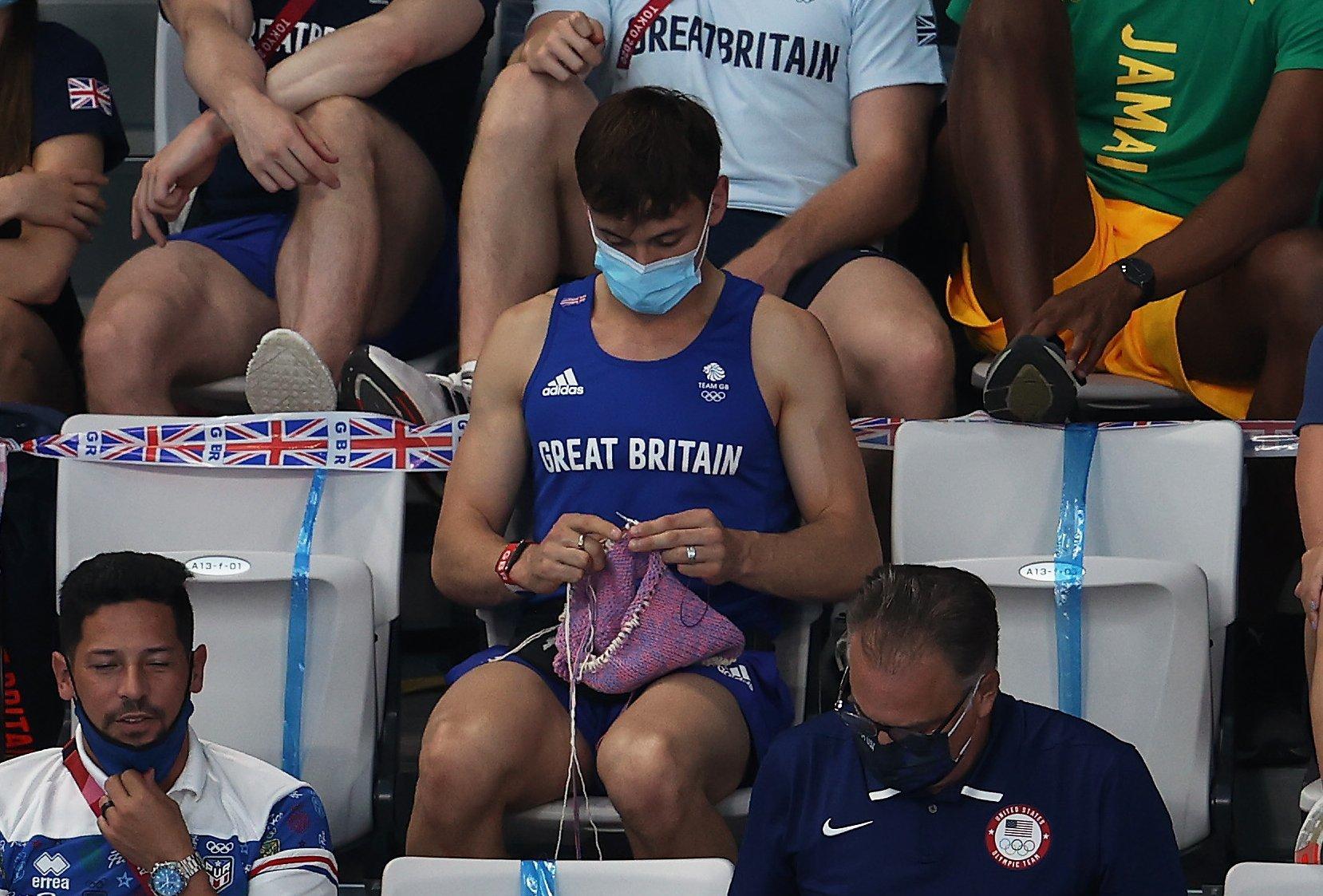 La imagen más inesperada de los Juegos Olímpicos: el saltador británico Tom Daley hace ganchillo en la grada