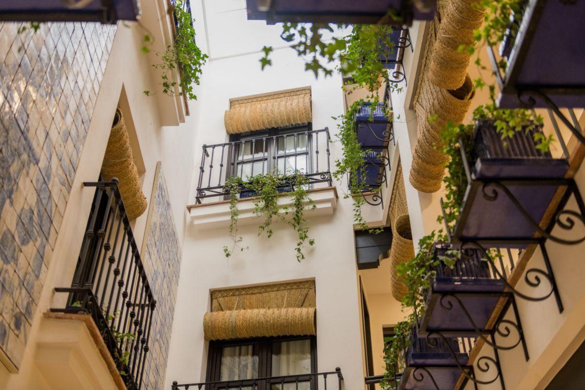 El patio de Hotel Santo Cristo, jalonado de esteras tradicionales.