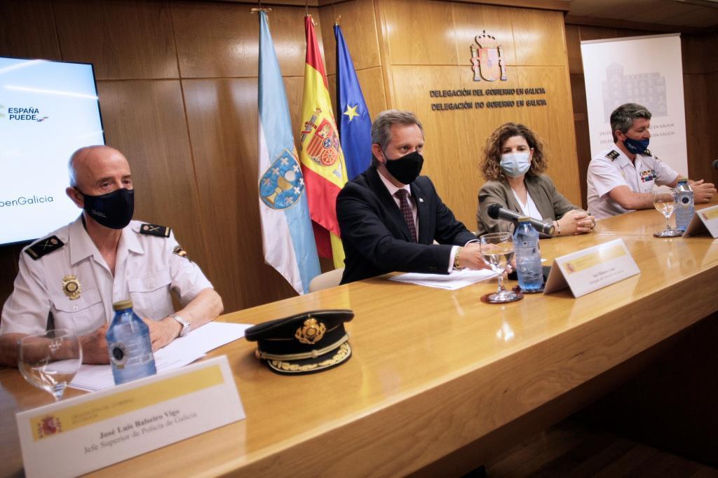 El delegado del Gobierno en Galicia, José Miñones, junto a autoridades policiales, en su comparecencia en A Coruña.