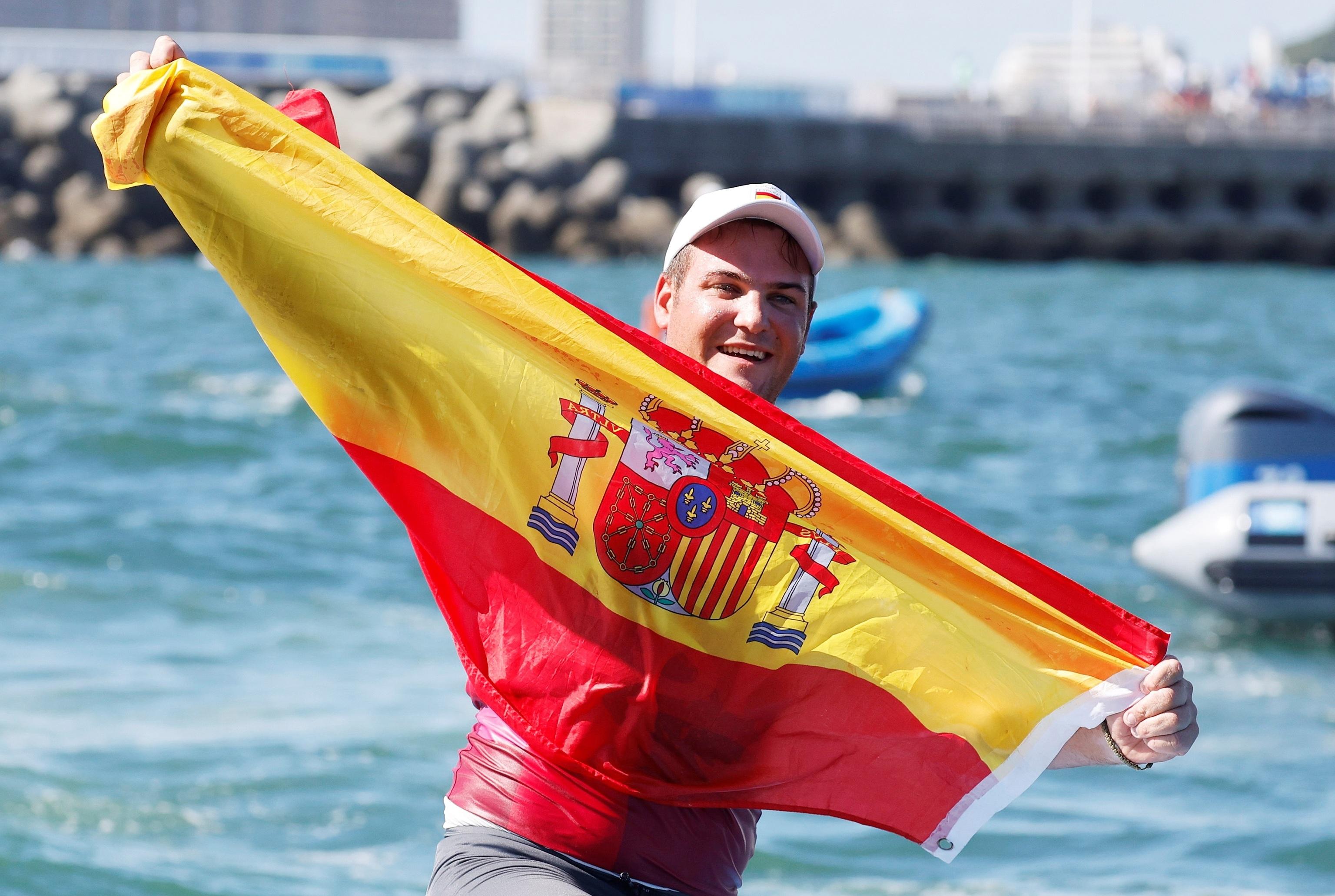 Joan Cardona celebra su bronce con la bandera de España.