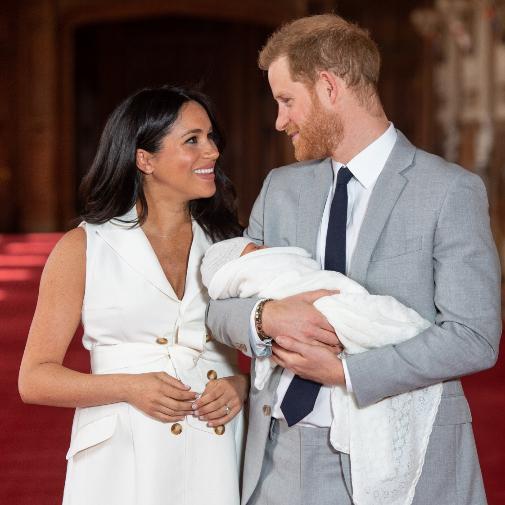 Meghan Markle se palpa la todavía barriga días después de dar a luz a su promogénito Archie.