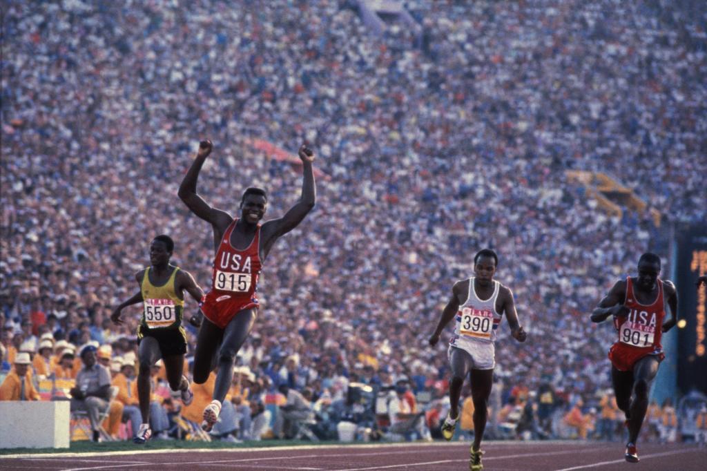 Lewis, en la meta de la final olímpica de los 100 metros en Los Angeles.