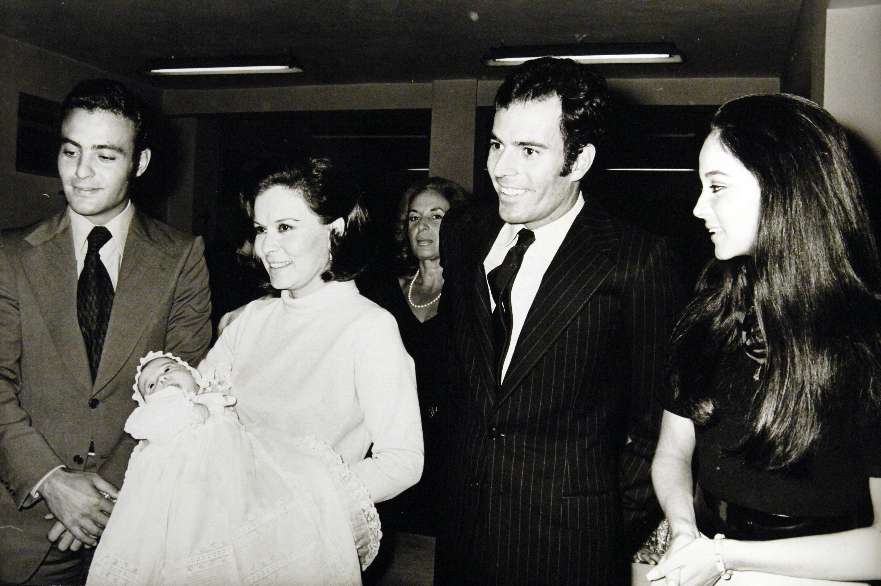 Bautizo de Chábeli; Carlos Iglesias, hermano del cantante; Beatriz Arrastia, madre de Isabel Preysler; Julio Iglesias y Presyler.