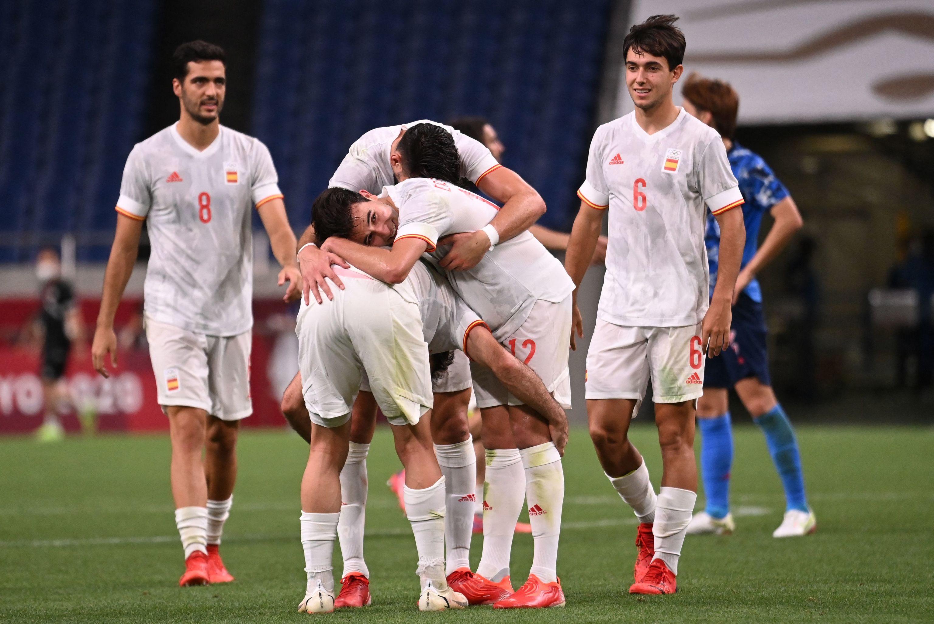 Los jugadores españoles celebran el gol de Asensio.