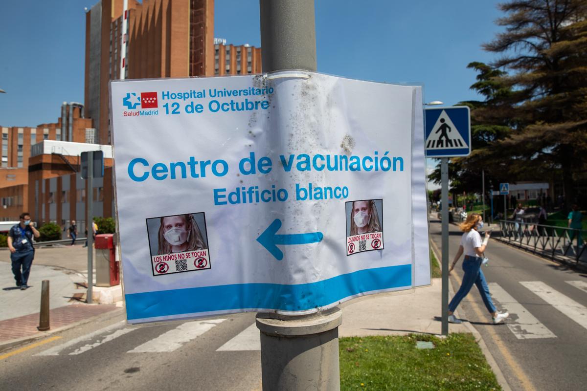 Pancartas en contra de la vacunaciión de niños.