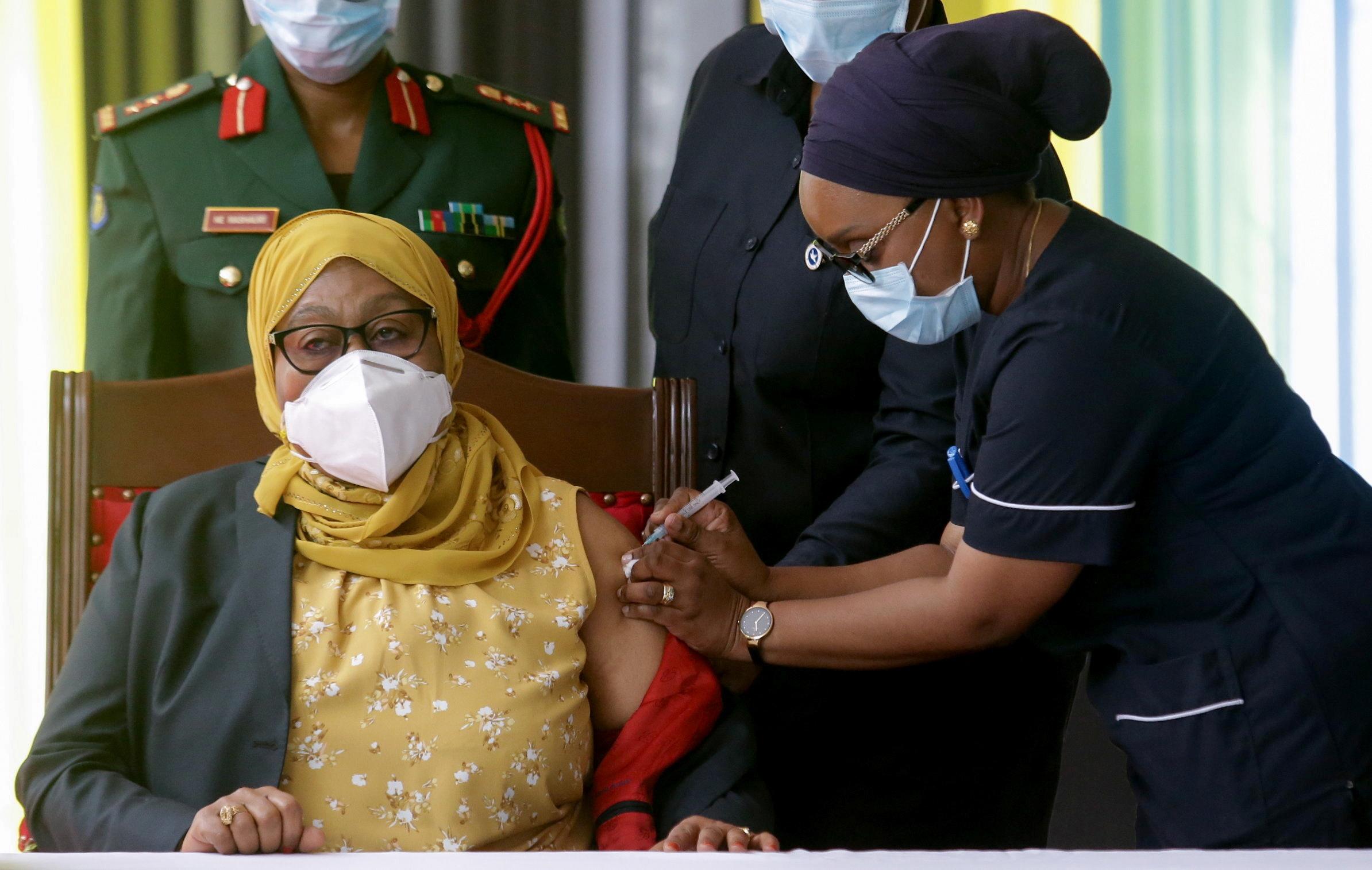 Samia Suluhu recibe la vacuna  contra el Covid-19.
