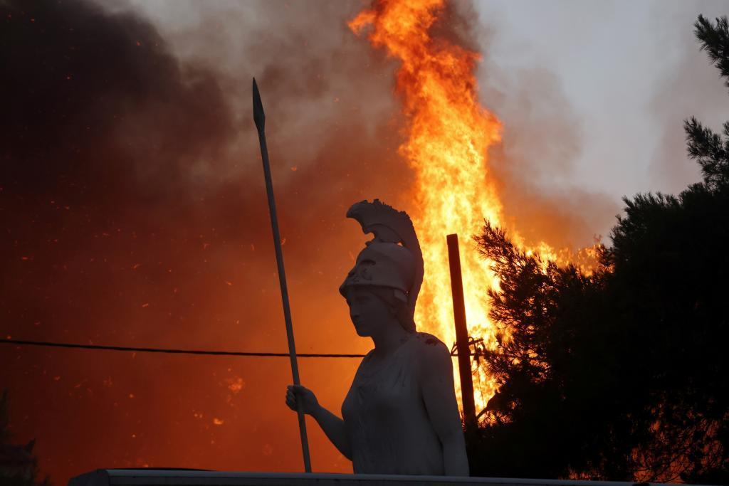 Una estatua de la diosa Atena ente las llamas al norte de la capital griega.