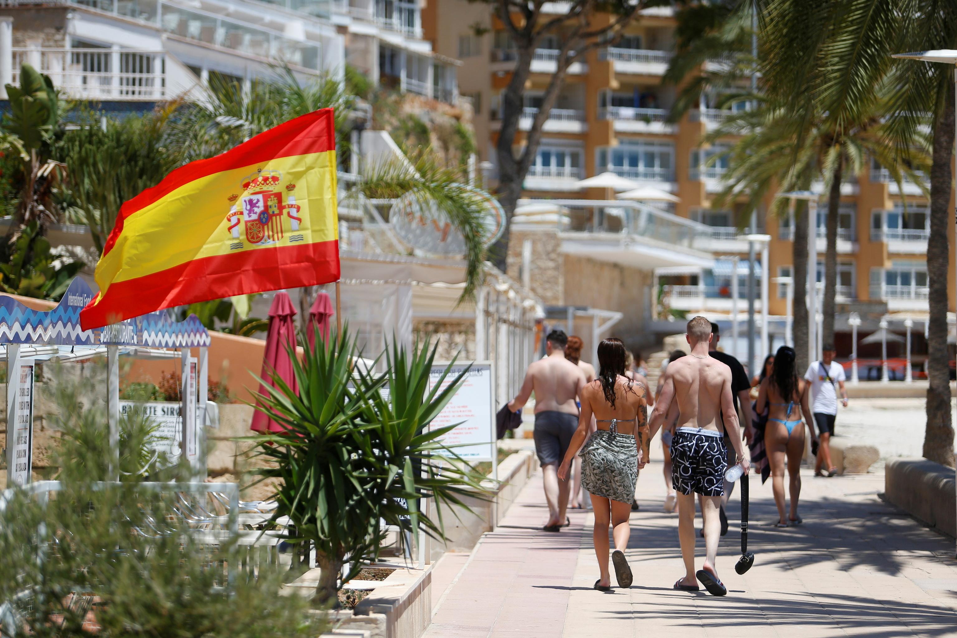Turistas paseando por Magaluf en Palma de Mallorca.