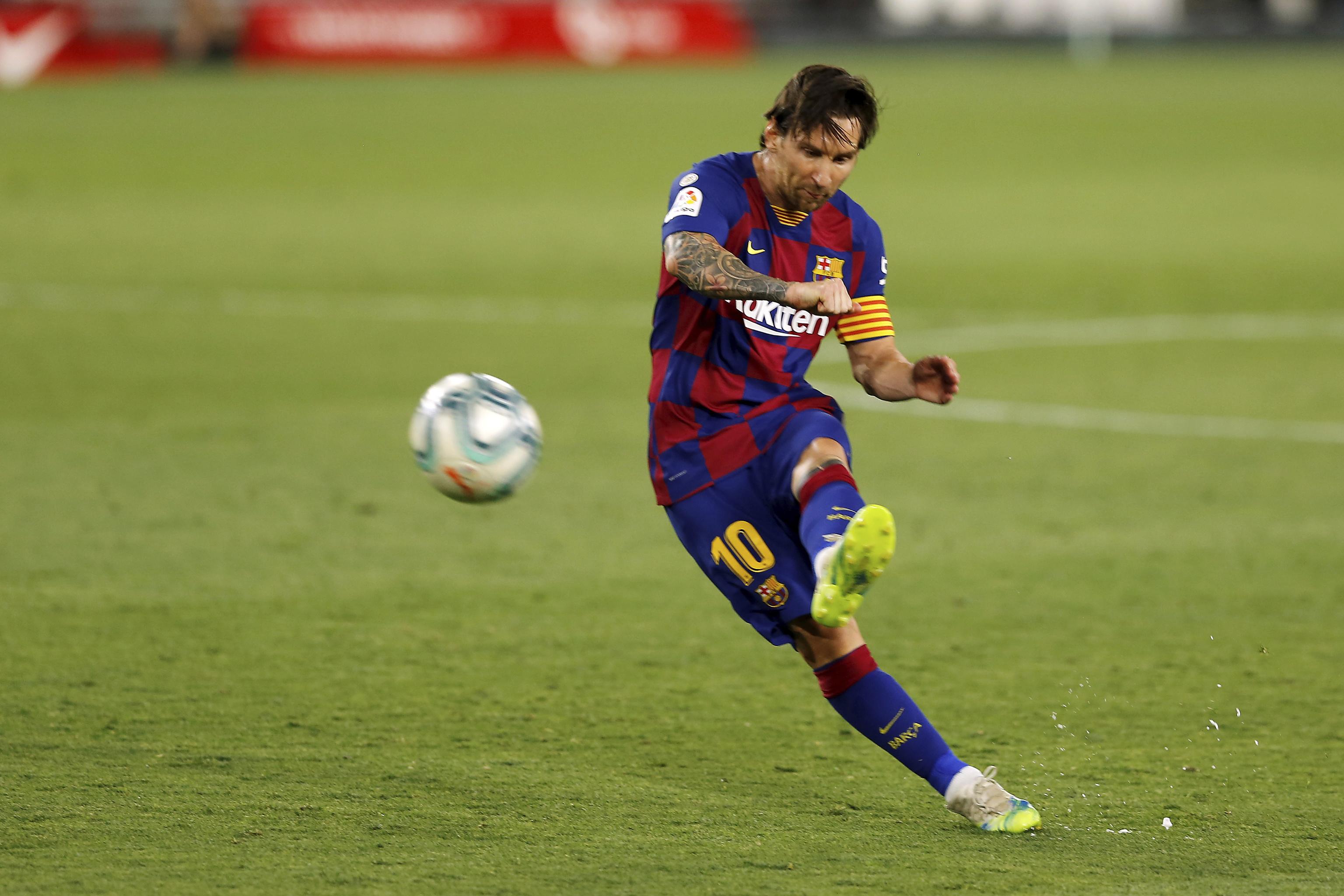 Leo Messi lanza una falta con el Barcelona.