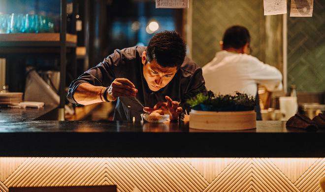 El chef peruano Omar Malpartida ultima una de sus recetas en Maymanta.