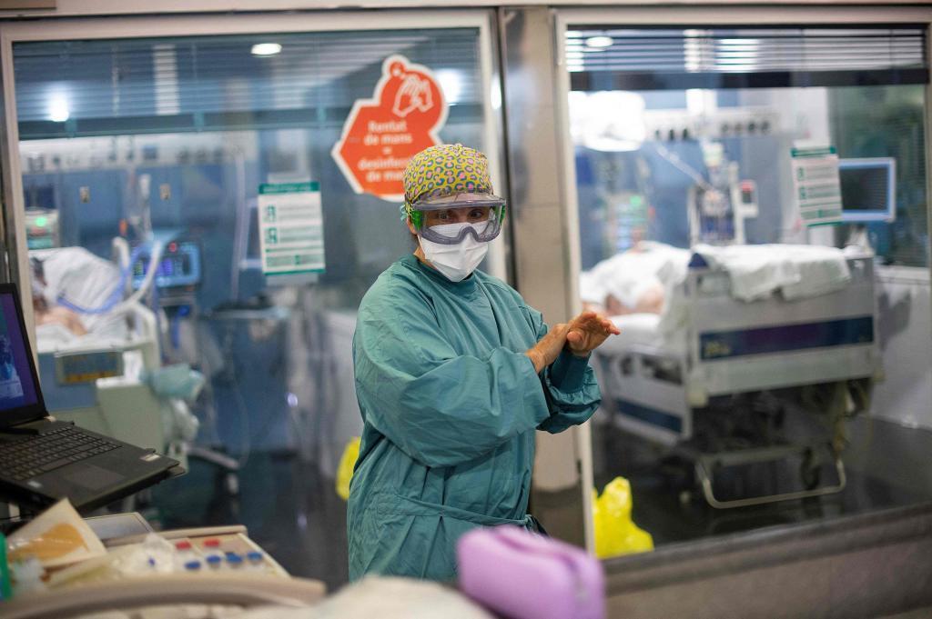 Enfermos de Covid-19 en la UCI del Hospital del Mar de Barcelona