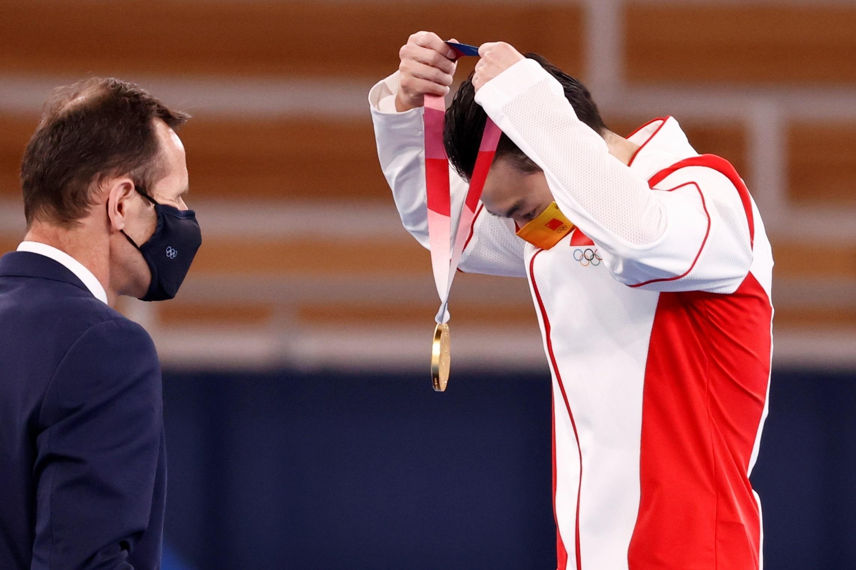 El chino Jingyuan Zou se cuelga el oro en paralelas.