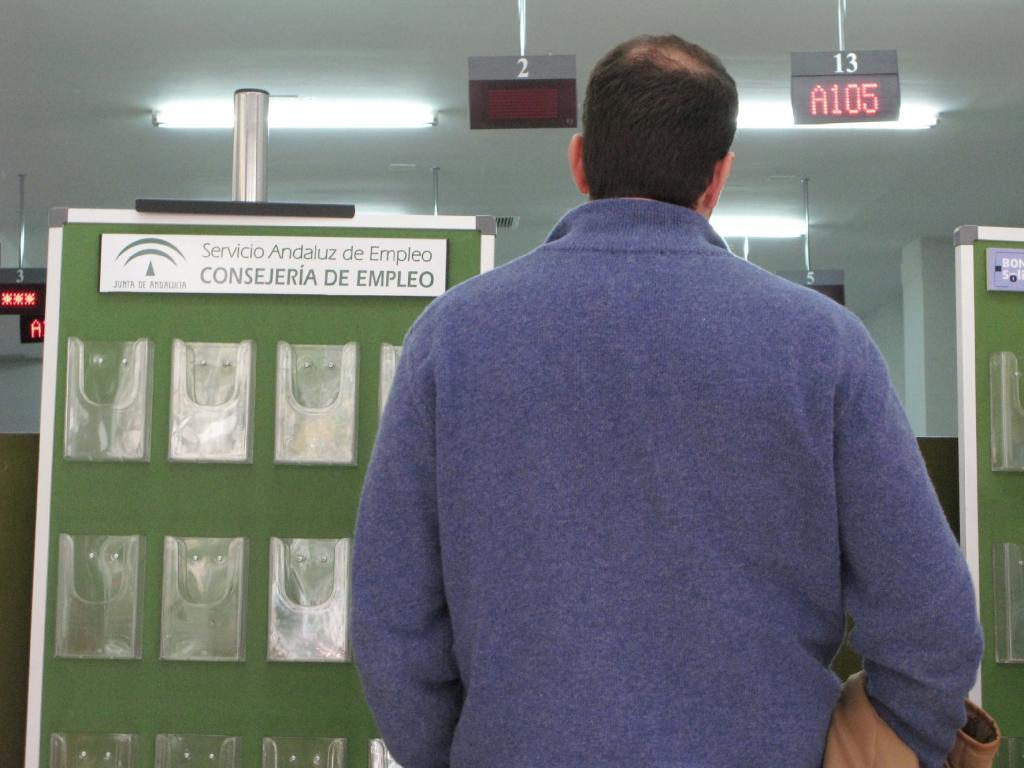 Un usuario espera su turno para ser atendido en una de las oficinas de la red del Servicio Andaluz de Empleo (SAE).