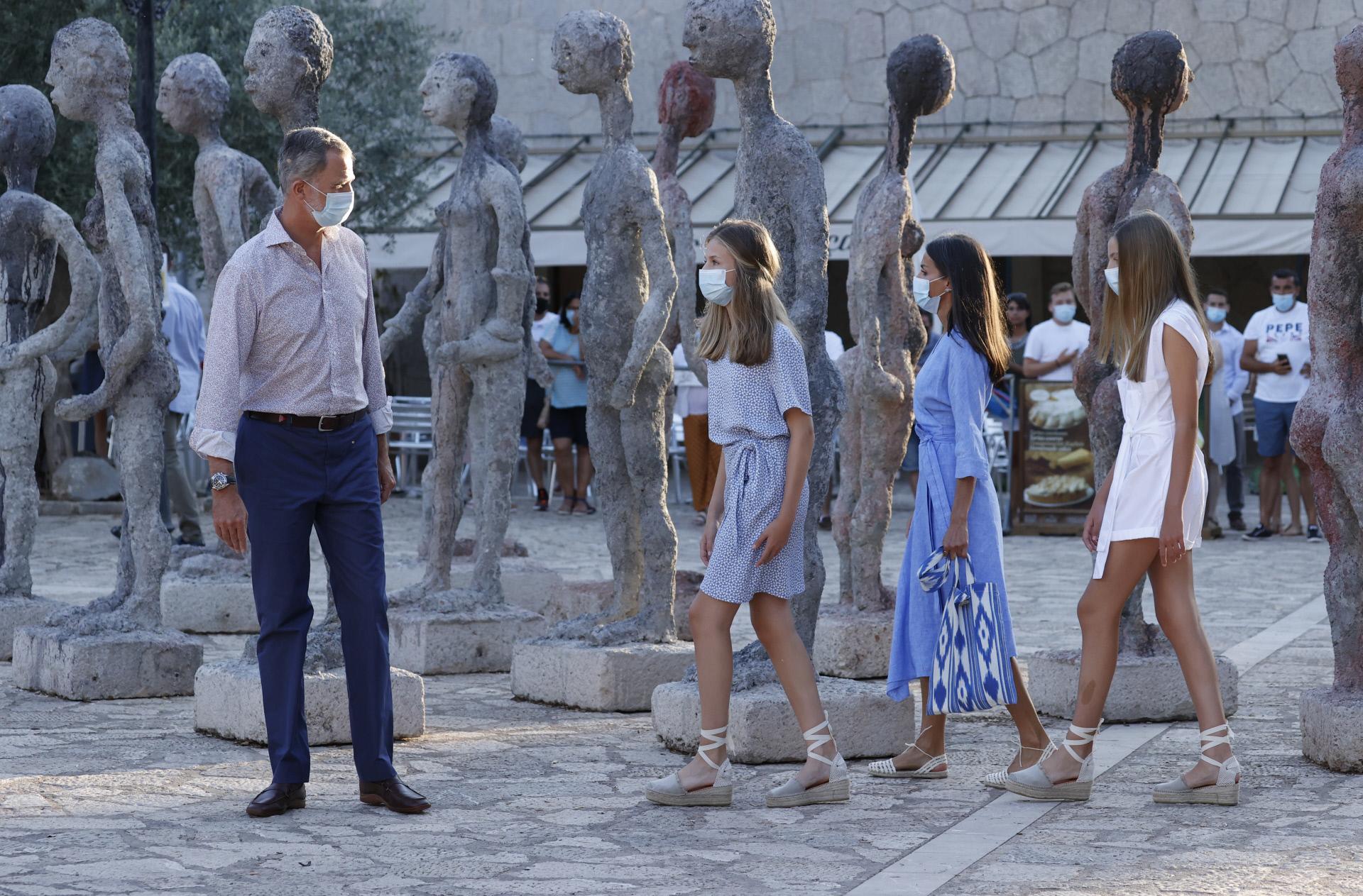 En la Plaza de los Peregrinos de Lluc, donde se encuentran las esculturas  de Joan Bennàssar.