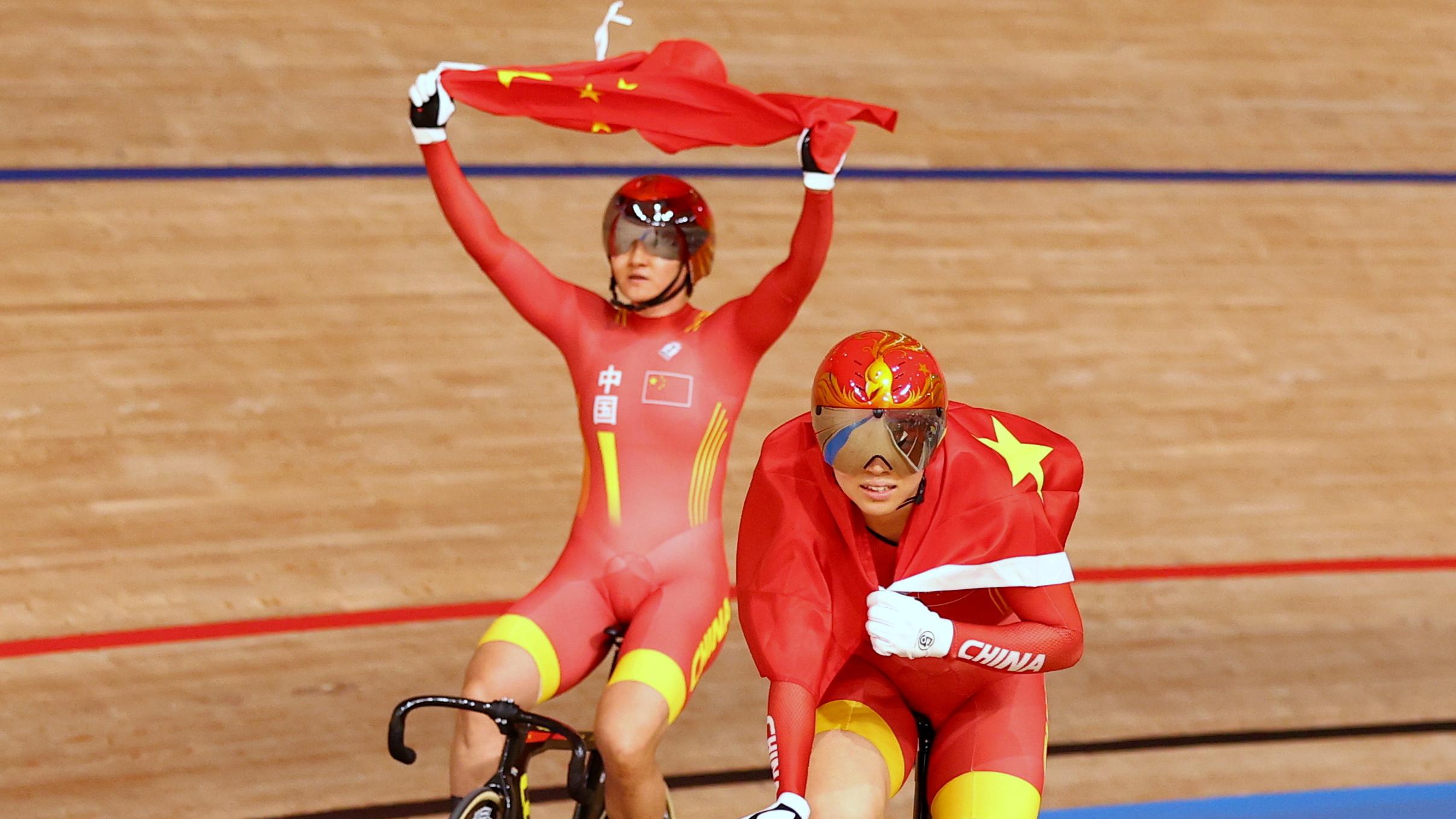 Bao Shanju y Zhong Tianshi, tras batir el récord en pista.