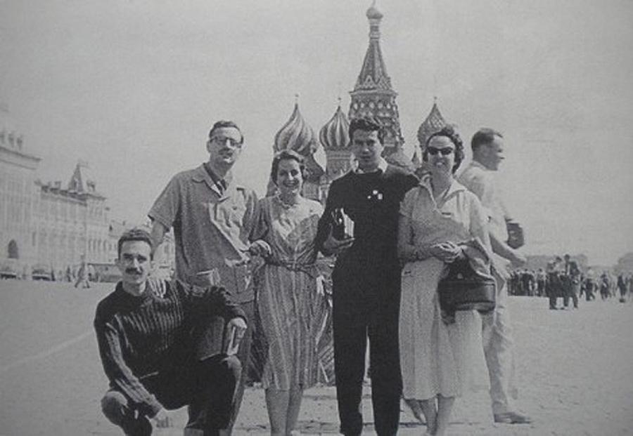 García Márquez, abajo a la izda., en la Plaza Roja de Moscú.
