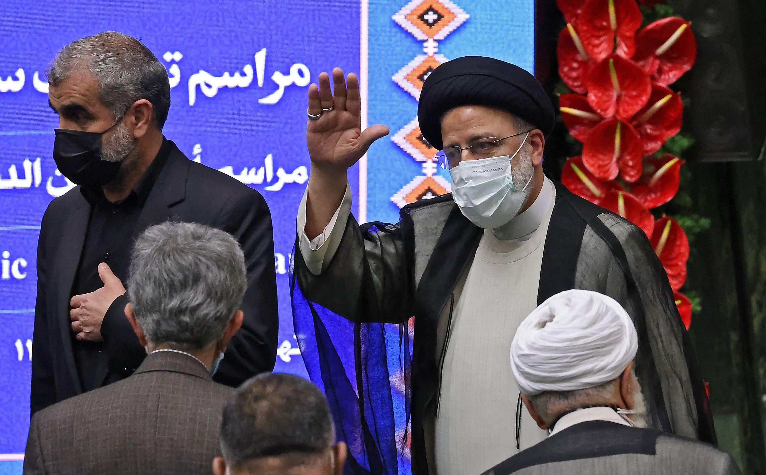 El nuevo presidente iraní, Ibrahim Raisi (derecha), en el juramento del cargo.