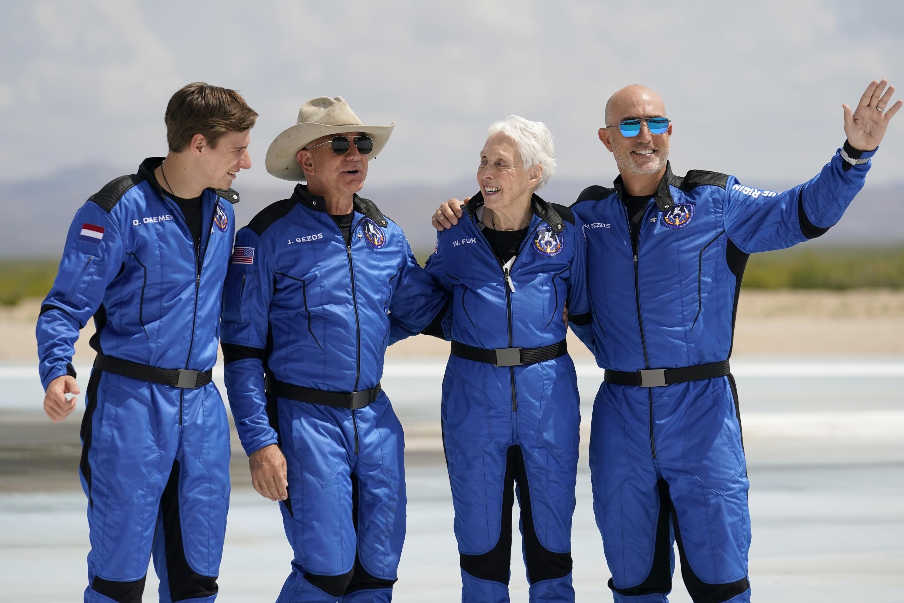 Pasajeros de Blue origin con sus trajes espaciales azules