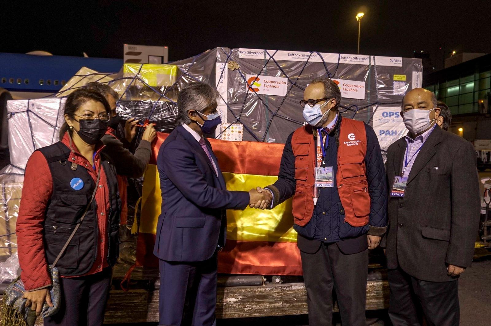 La Agencia Española de Cooperación Internacional para el Desarrollo entrega más de 100.000 dosis de vacuna AstraZeneca a las autoridades de Perú.