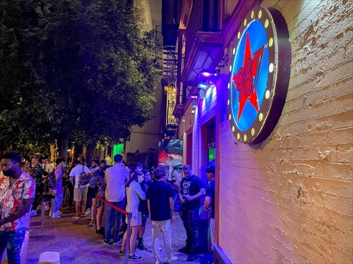 Cola en la puerta de una discoteca de Sevilla para acceder al interior.