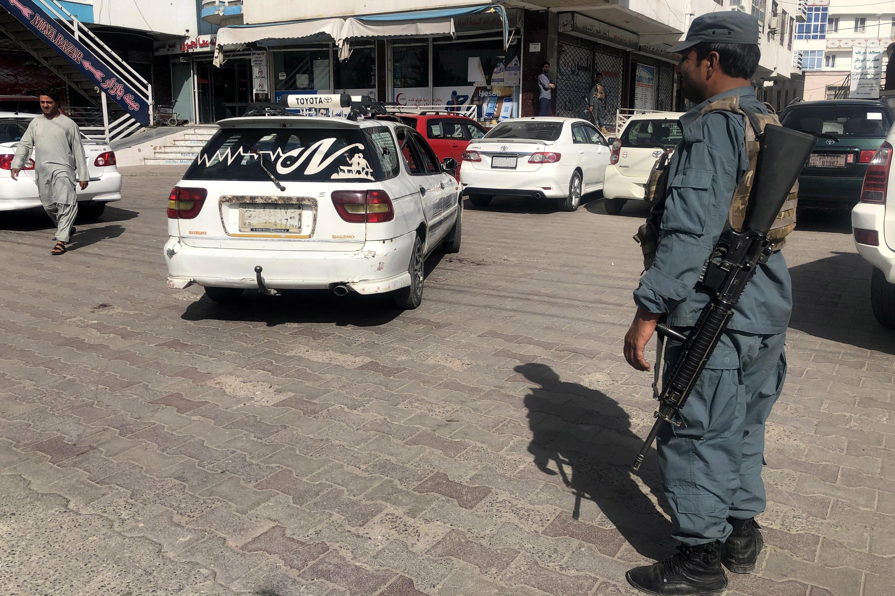 ماموران امنیتی در حال بازرسی محل حمله در کابل هستند.