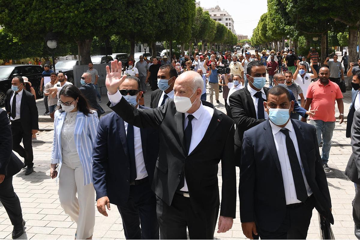 El presidente tunecino, Kais Saied, saluda a sus simpatizantes durante un paseo.