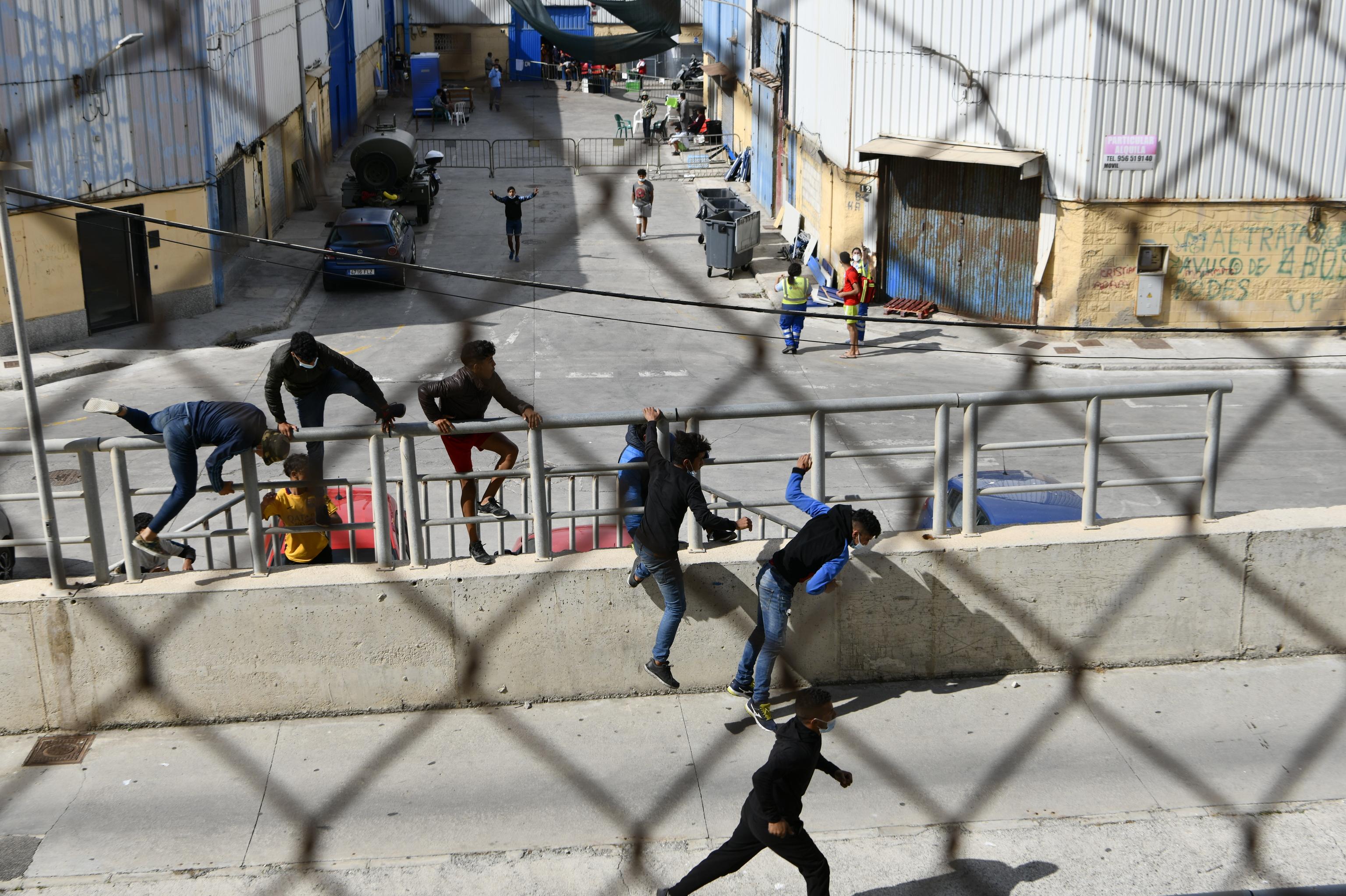 Menores marroquíes escapando de las naves donde están acogidos.