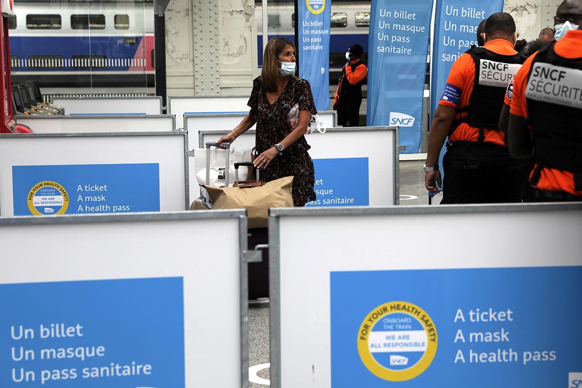 Una mujer espera para coger un tren en la Gare de Lyon, en París.