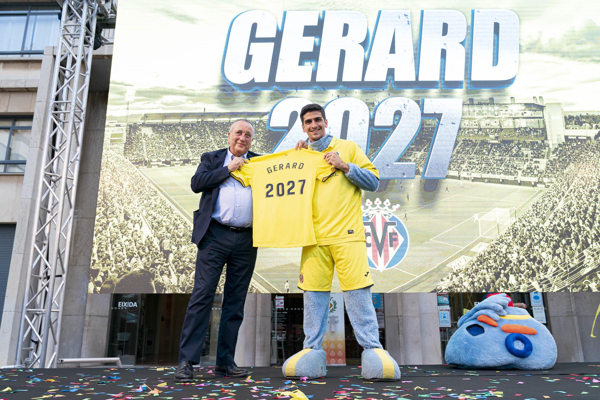 Gerard, disfrazado de la mascota del club, posa junto a Fernando Roig en el inusual anuncio de su renovación.
