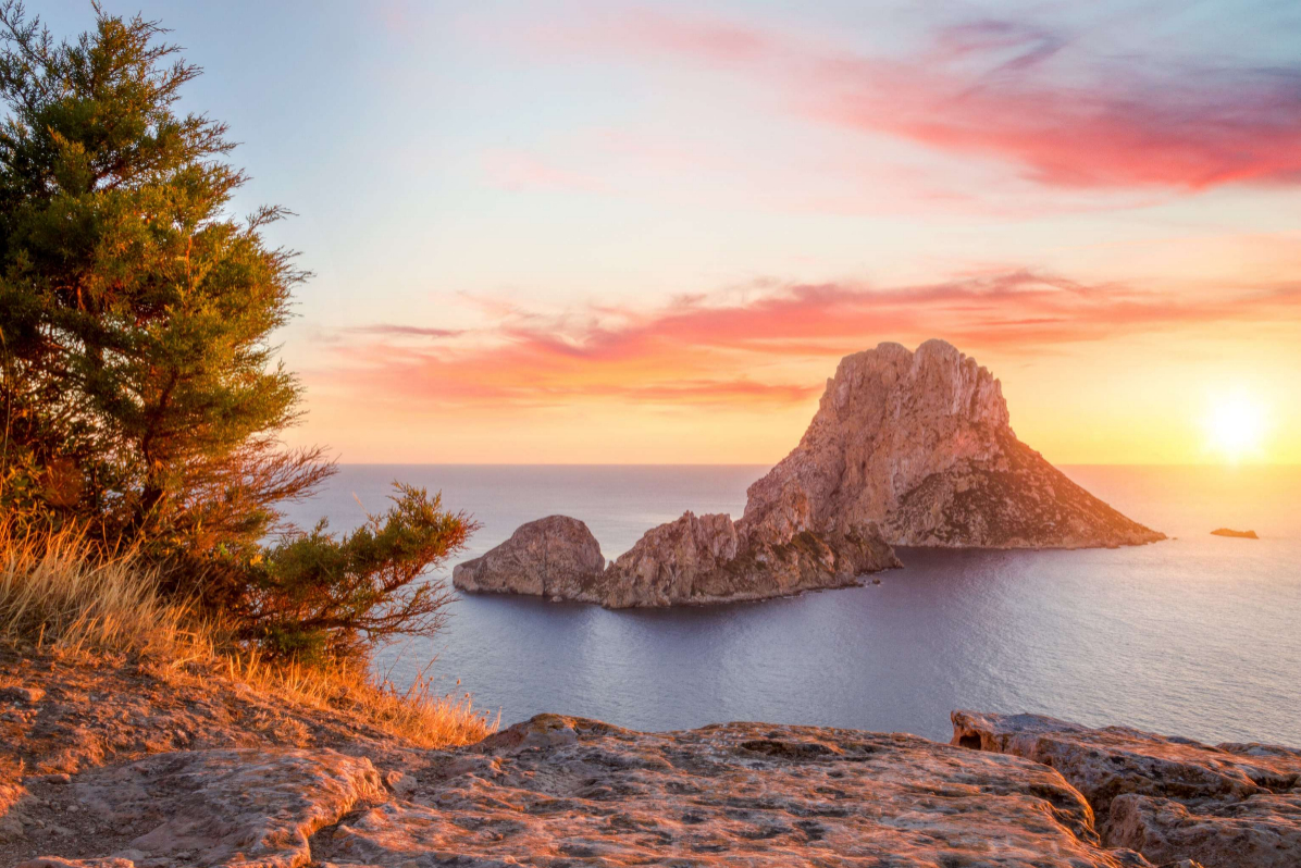Es Vedrà al atardecer, cielo de colores pastel en la mística roca, en la isla de Ibiza.