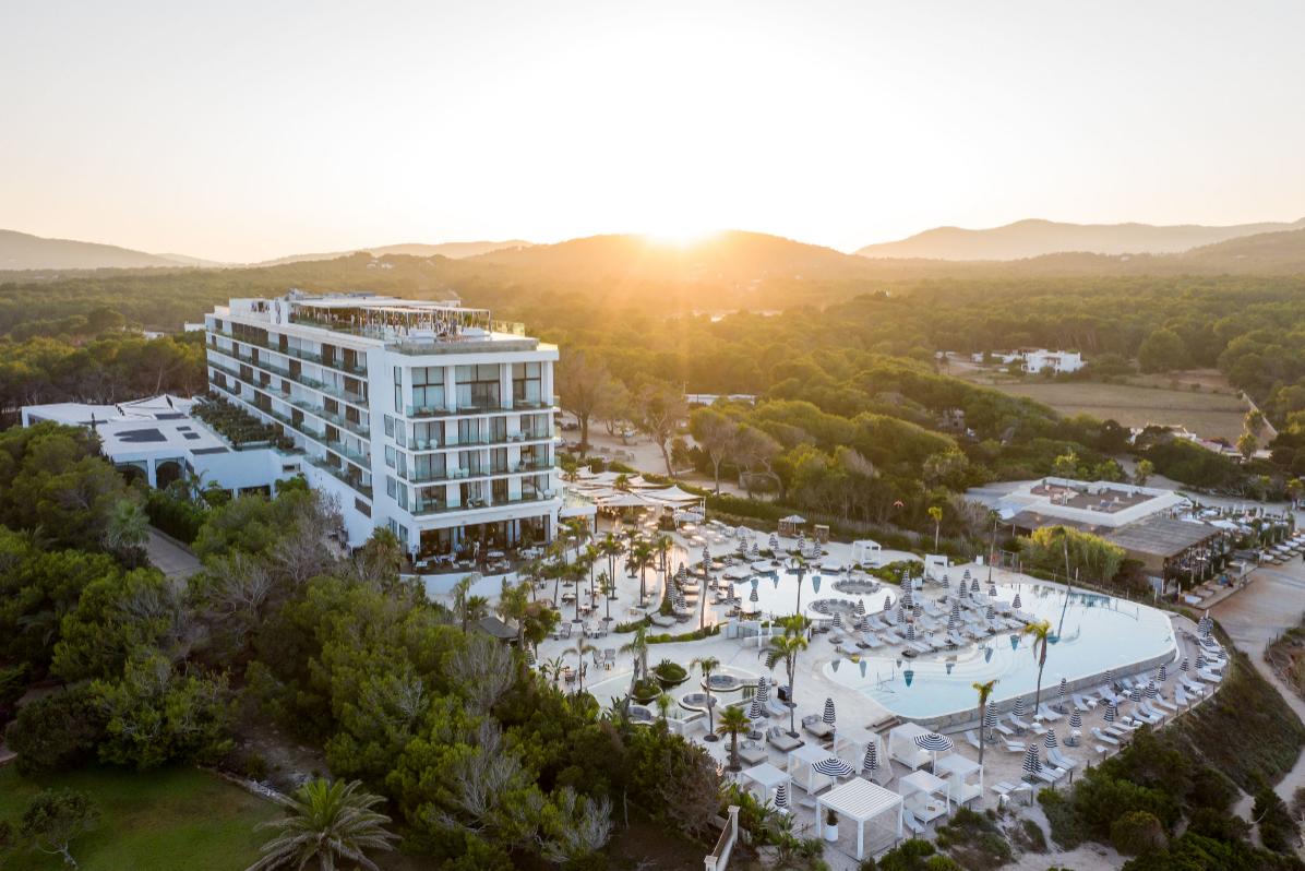 Panorámica del Hotel Bless, que defiende el lujo hedonista en Ibiza.