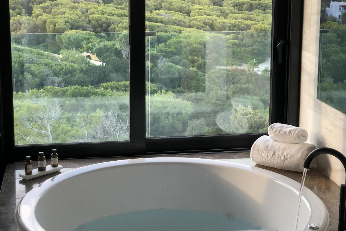 Imagen del jacuzzi con vistas en una de las habitaciones de Bless Hotel Ibiza.