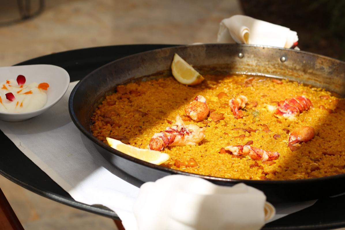 La esencia del Mediterráneo en Salao, restaurante inspirado en la isla decorado con materiales tradicionales y arroces deliciosos.
