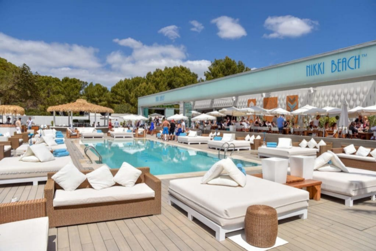 Nikki Beach, en Santa Eulalia, emplazado junto al Hotel ME ofrece sushi y una animada fiesta en la piscina.