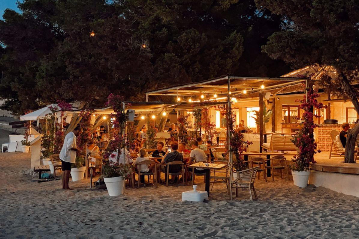 De espíritu boho, Alma Beach es un restaurante de playa con una preciosa puesta de sol y bien ambientado.